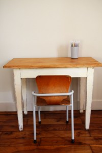 ancien bureau table bois enfant Rouge Garden