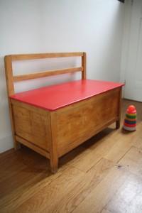 ancien coffre à jouets banc années 50 mobilier enfants vintage Rouge Garden