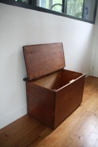 ancien coffre en bois années 50 mobilier vintage Rouge Garden