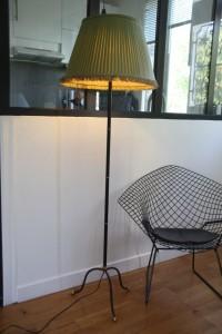 ancien lampadaire vintage tripode en métal Rouge Garden
