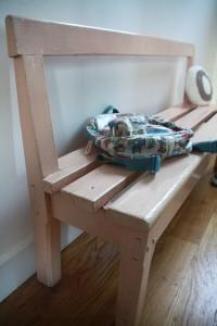 ancien petit banc d'école maternelle en bois mobilier vintage Rouge Garden
