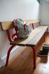 ancien petit banc d'école maternelle mobilier vintage Rouge Garden