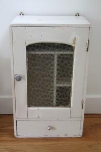 ancienne armoire à pharmacie années 50 Rouge Garden