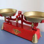 ancienne-petite-balance-jouet-vintage-rouge-garden