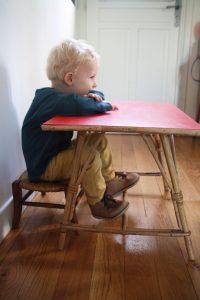 ancienne-petite-table-rotin-burreau-enfant-vintage-annees-60-rouge-garden
