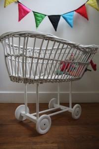 chariot berceau rotin poupée vintage Rouge Garden
