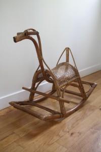 cheval à bascule rotin osier jouet vintage Rouge Garden
