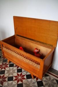 coffre bois et rotin années 50 Rouge Garden