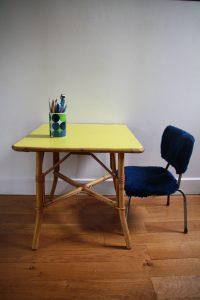 ensemble-bureau-rotin-et-chaise-moumoute-enfant-annees-603