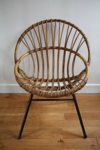 fauteuil coquille rotin et pieds métal Rouge Garden