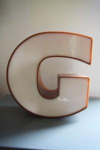 lettre enseigne G vintage Rouge Garden