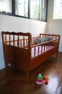 lit bébé ancien années 60 mobilier vintage Rouge Garden