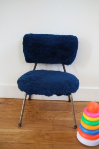 petite chaise enfant moumoute années 70 moblier vintage brocante Rouge Garden