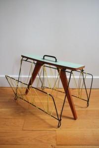 porte revues années 50 60 en Formica et scoubidou mobilier vintage Rouge Garden