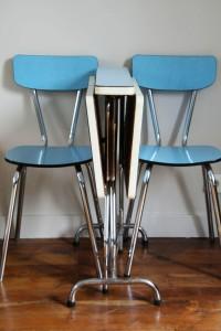 table et chaises formica bleue pliée vintage Rouge Garden