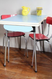 table formica bleue et chaises formica rouge vintage Rouge Garden