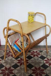 table porte-revue rotin Rouge Garden