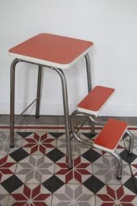 tabouret escabeau escamotable formica orange mobilier vintage Rouge Garden